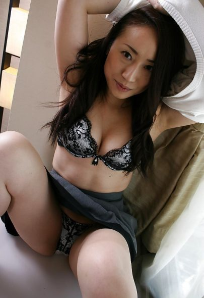 Sexy Asian MILF Upskirt